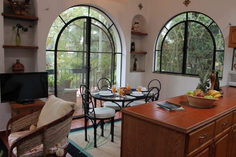 Comedor y cocina con vista al balcón/Dining area and kitchen with view to balcony
