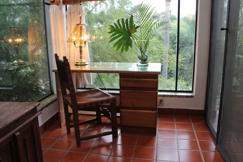 Escritorio con vista al jardin / escritorio con vista a los jardines