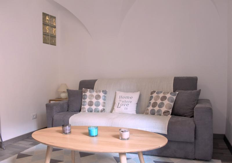 Casa Gianna - Superbe studio dans le centre de Badalucco à 10 km de la mer., casa vacanza a Agaggio Inferiore