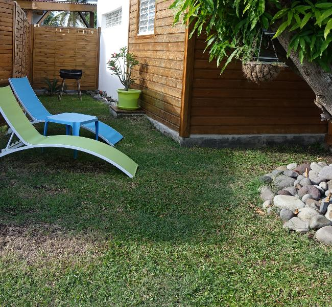 coin barbecue avec 2 chaises longues