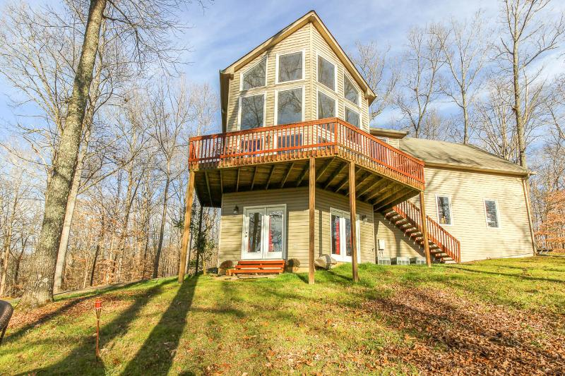 Private Hilltop Wooded Setting is a gorgeous luxury home with a fantastic view, location de vacances à Nashville