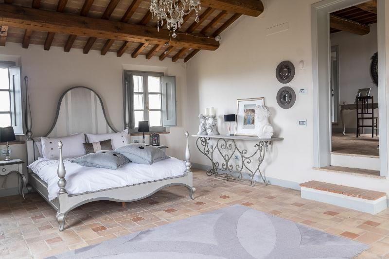 Master-Schlafzimmer mit Blick auf Ankleidezimmer