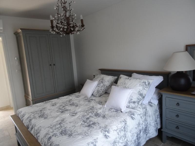 QUARTO com cama grande de parental de 160 x 200