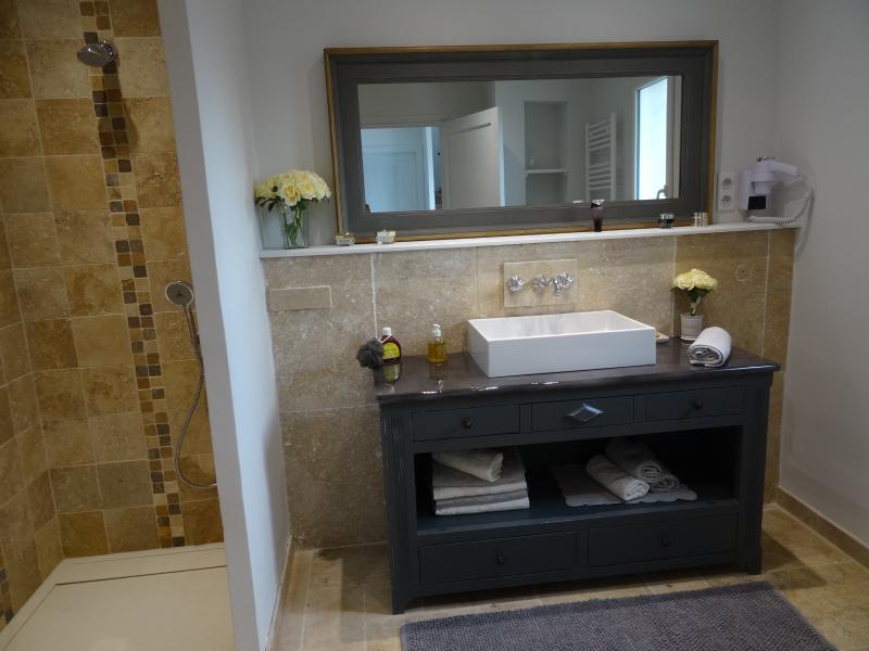 QUARTO de banho com GRANDE para o italiano e um segundo WC parte superior da vaidade pedra bonita lava