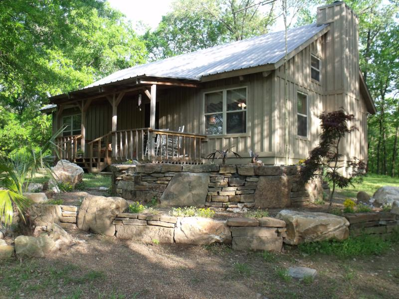 The Cabin Retreat – where friends & families can relax & rejuvenate... only 15 min. from Hot Springs