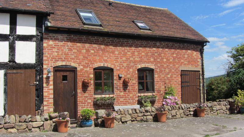 Quiet Cottage with delightful rural views overlooking Wenlock Edge., vacation rental in Church Stretton