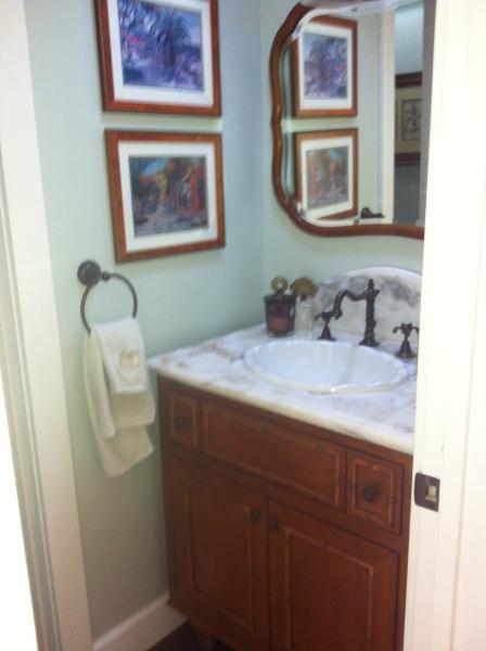 Vanidad del cuarto de polvo.  Baldosas ducha y baño adjuntadas.