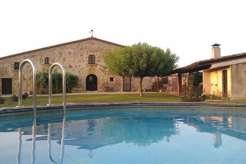 Piscina junto al jardín y la barbacoa en La Pahissa de Can Abras