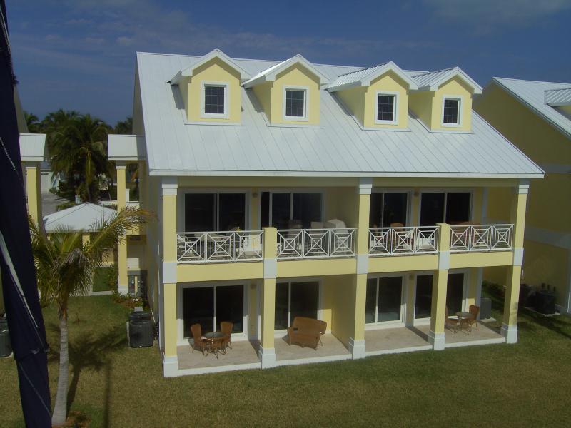 La superior izquierda dispone de 3 habitaciones y tres baños y vistas al puerto y puestas de sol!