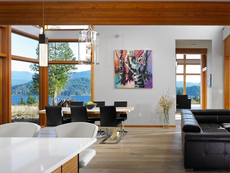 salon principal avec îlot de cuisine en premier plan