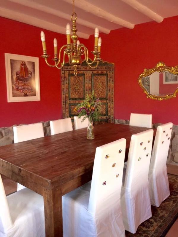 El comedor de la casa de estilo colonial con cocina integrada en un solo ambiente