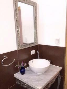 Uno de los 4 baños de la casa ( todos son iguales, con marmol, ducha con agua caliente y sanitario)