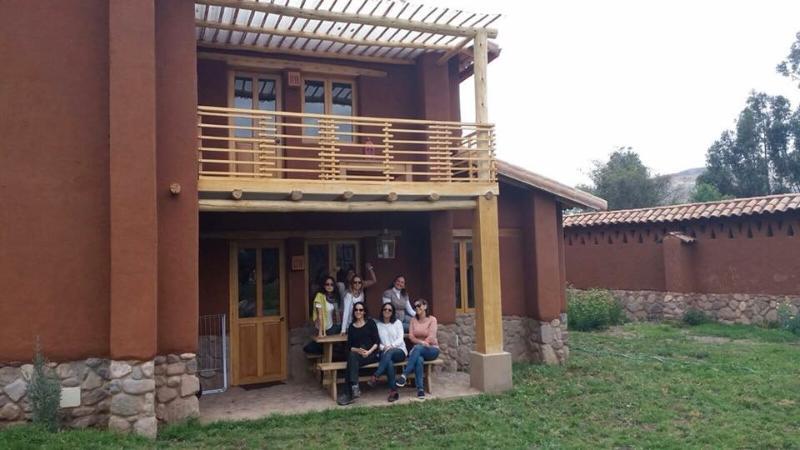 Grupo de huéspedes en el exterior de la casa.