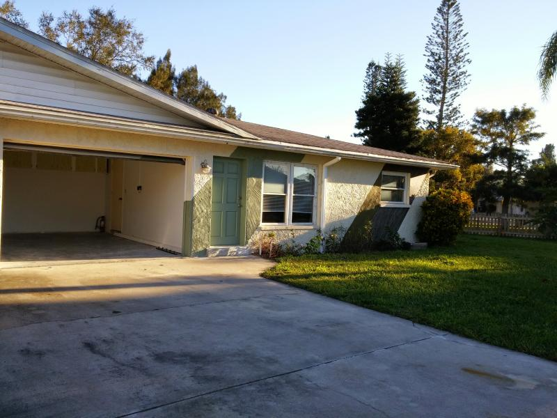 TROPICCAL, 4 min from the beaches! Meticulously cleaned and sanitized!, holiday rental in Bradenton