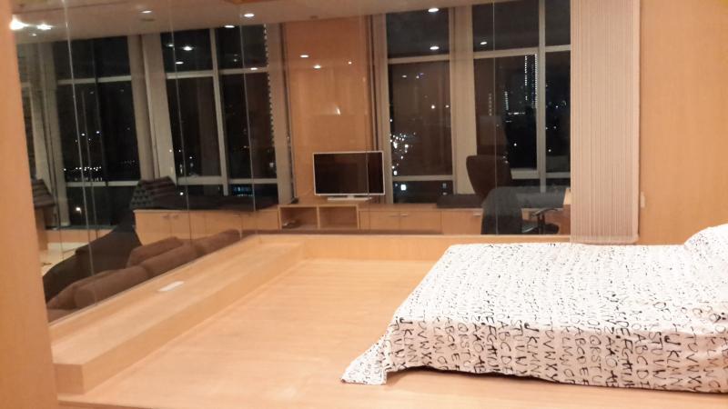 1 dormitorio con persianas abiertas