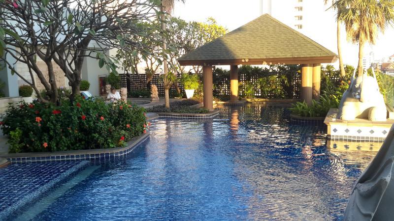 piscina para niños y jacuzzi