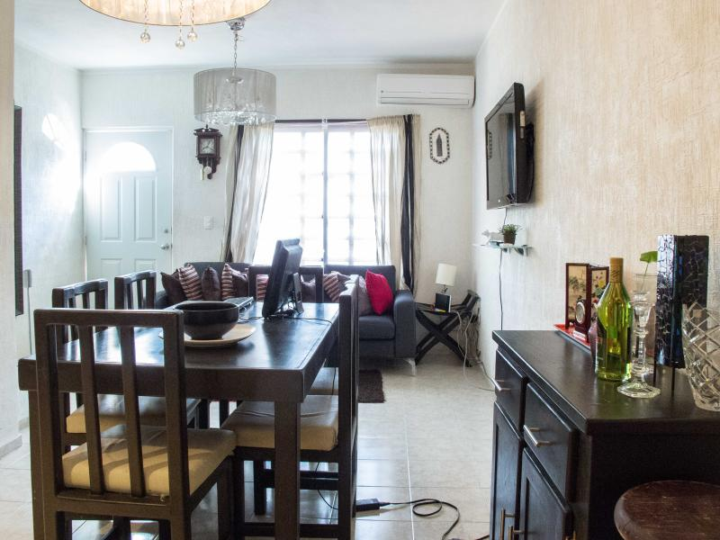 *Gated Safe Quiet WiFi AC Pool 2 bedrooms house perfect for longer stay book now, vacation rental in Cancun