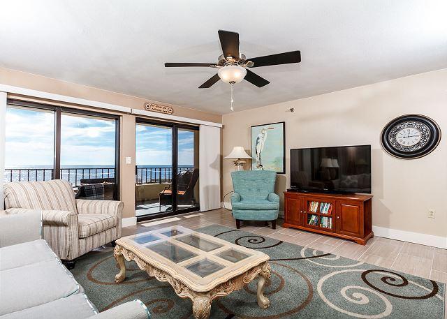 Muy amplia sala de estar frente a la playa con un montón de s cómoda