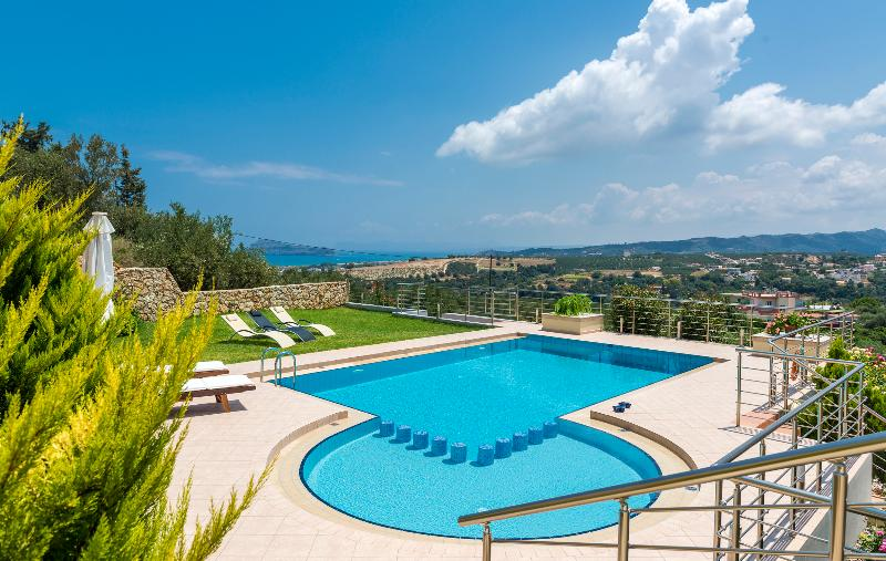 Villa with big private pool,stunning sea & mountain views,BBQ.Special Offer 20%, holiday rental in Platanias
