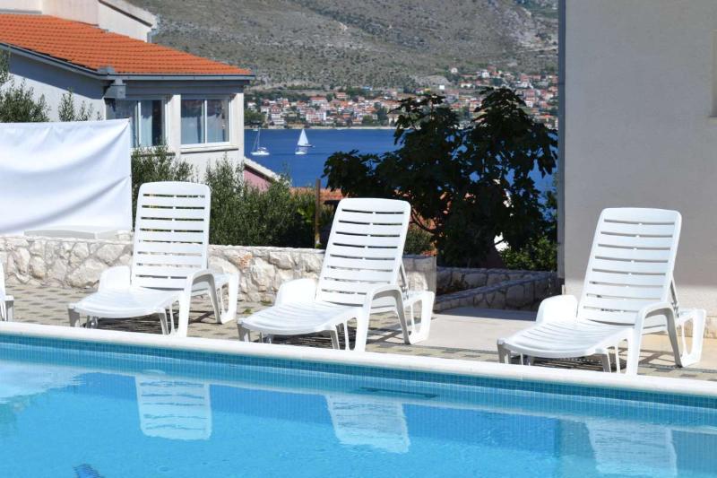 6 Apt Holiday House with Pool for 20 near Trogir, alquiler de vacaciones en Okrug Donji