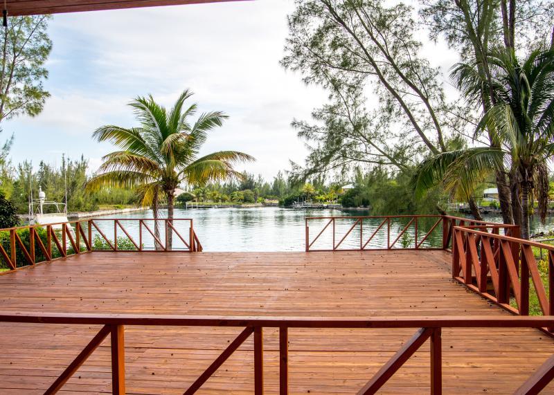 Villa frente al mar con amplio patio con deck.