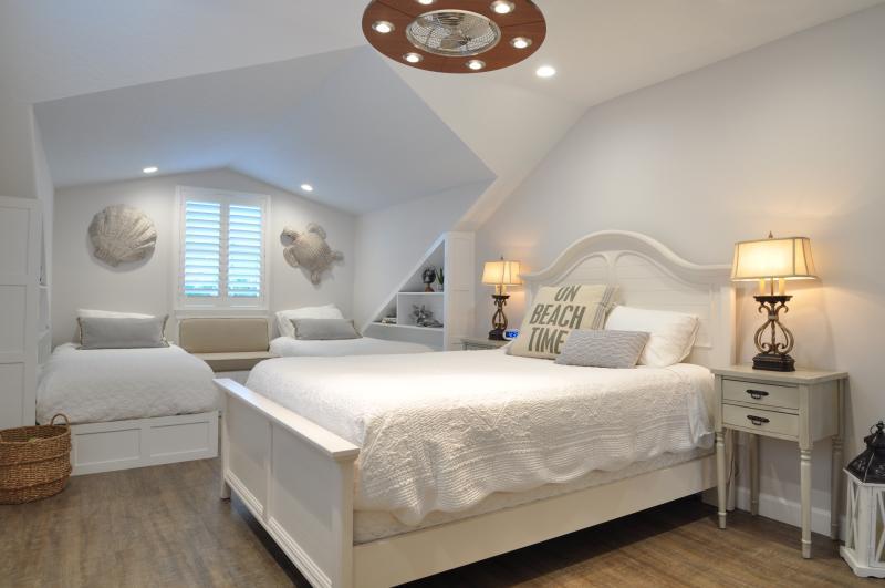 camera da letto abbaino WaveSafari con letto matrimoniale e due extra lunghi letti singoli (4 posti letto).