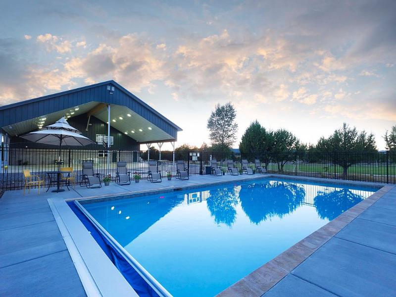 13 bdrm Family Reunion lodge with pool