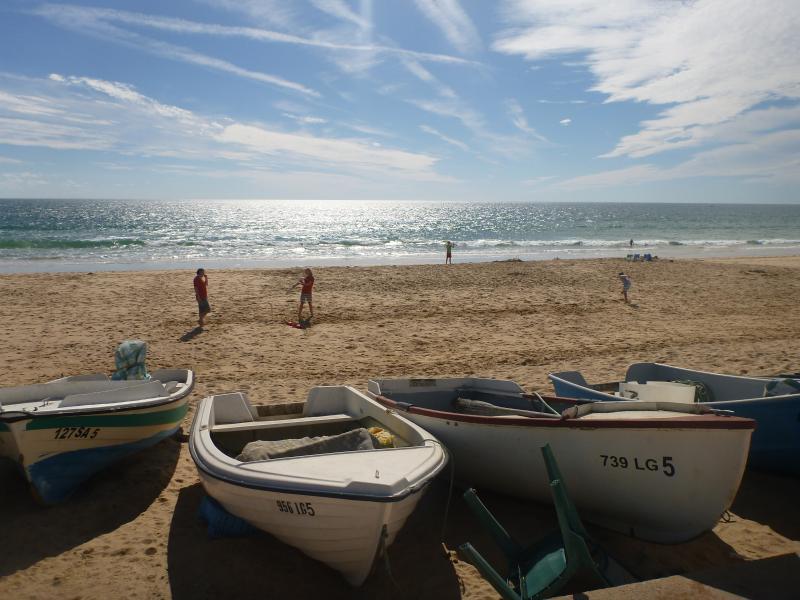 Barcos de pesca y diversión en la playa.