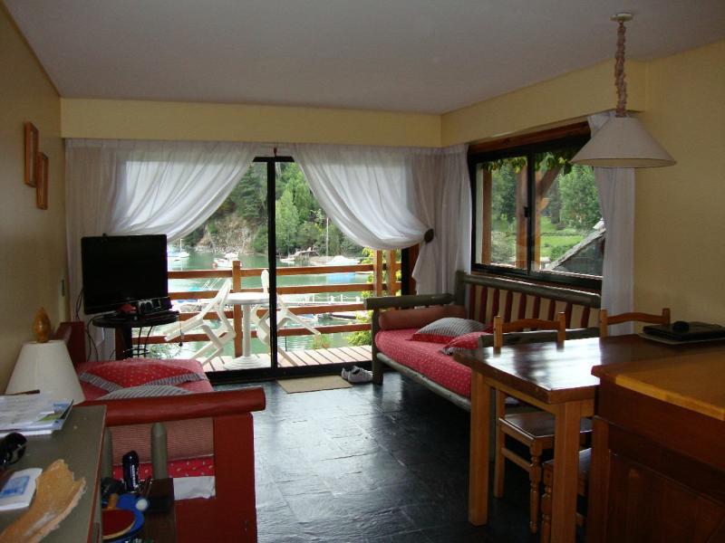 Living con 2 camas y terraza, vista a la Bahía.