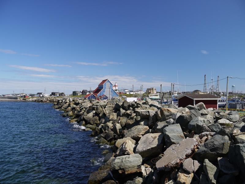 Mirando a lo largo del agua hacia el sitio de la nave de Mathewv legado.