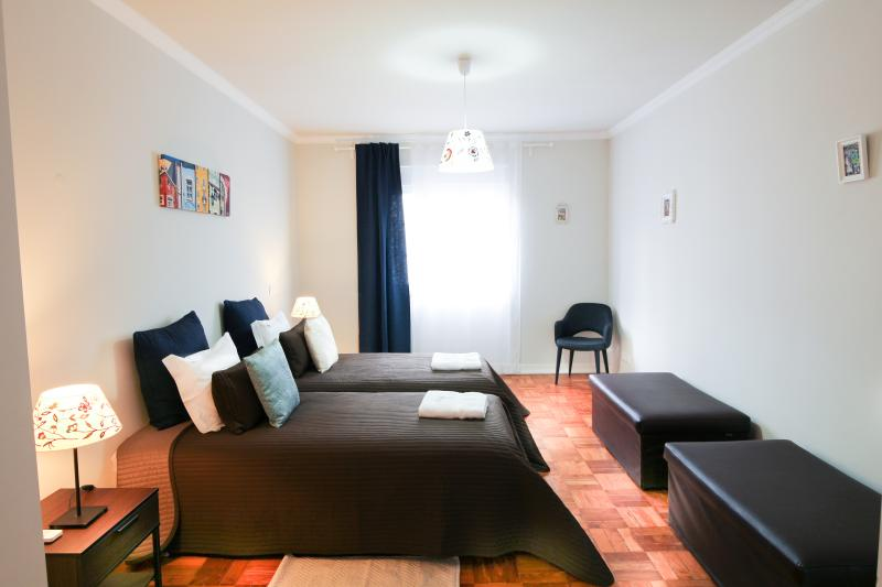 Spacious 5 Bedroom Apartment with Jacuzzi, holiday rental in Lisbon