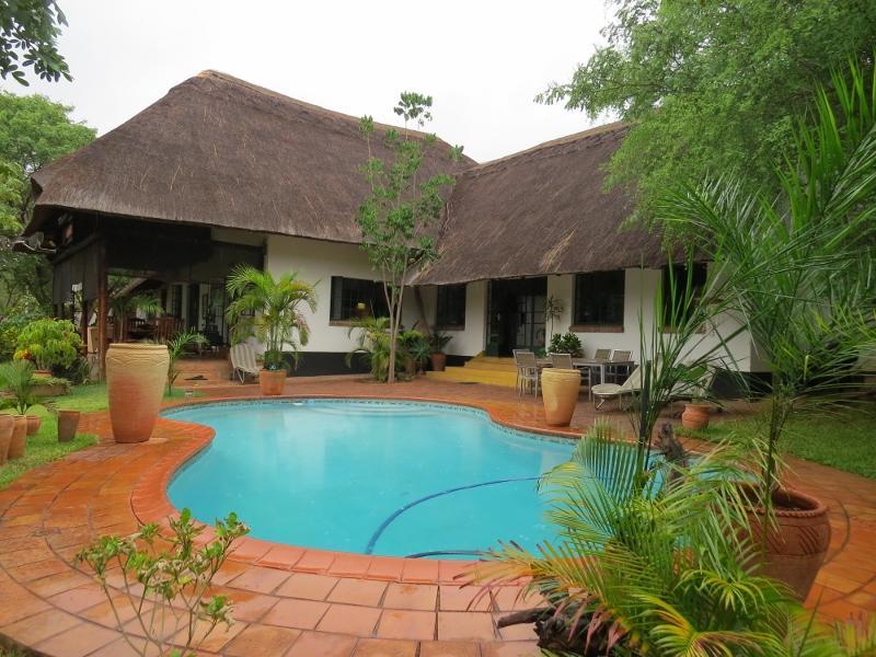 Votre belle maison et pétillante piscine ....