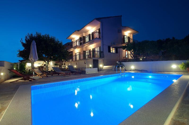 Visão noturna de Villa Trogir