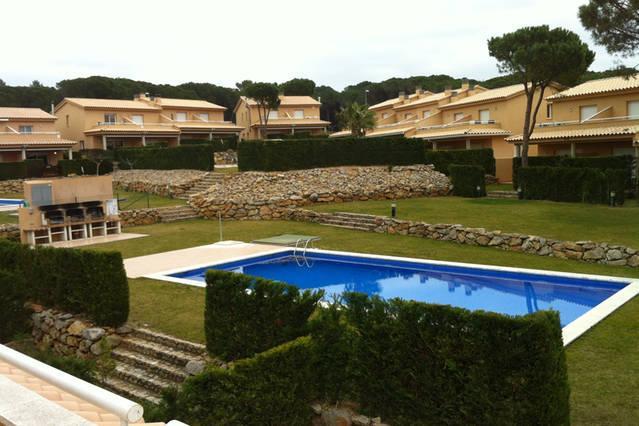 Jardín comunitario con piscina y barbacoas.