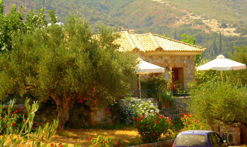 Villa Pefnos 2 - A tranquil paradise., casa vacanza a Agios Nikolaos