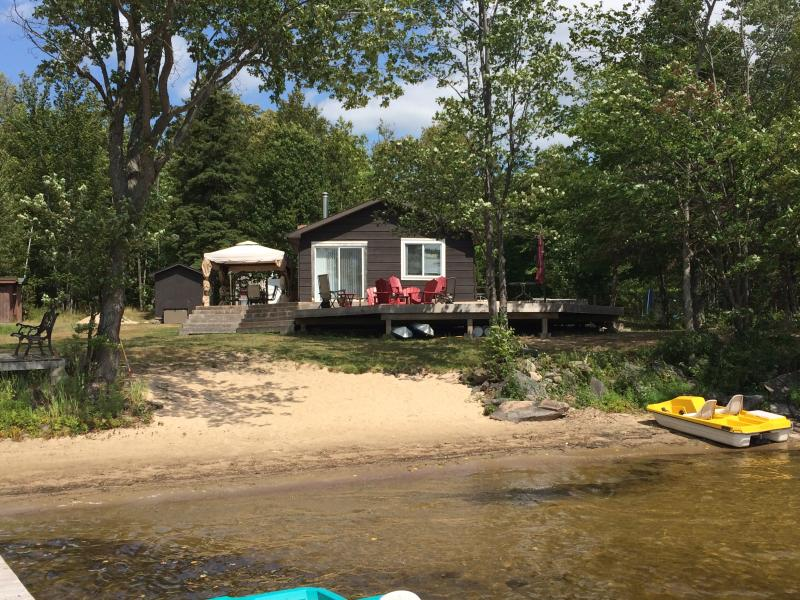 Private 36 acre Lakefront Cottage with Sandy Beach – semesterbostad i Northeastern Ontario