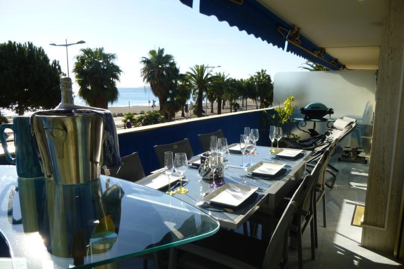 Terrasse façade mer coin repas