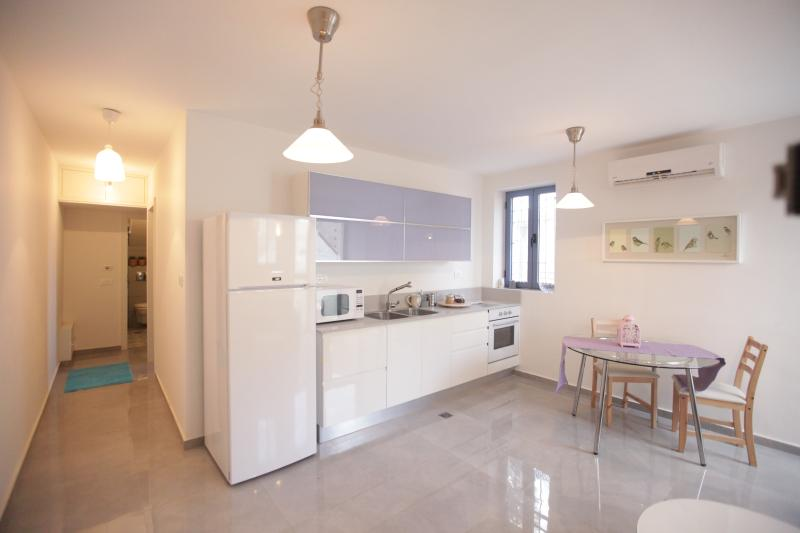 Nachlaot Beautiful Penthouse + Rooftop!!, vacation rental in Jerusalem