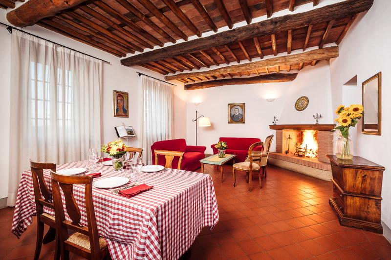 Farmhouse On The Hills Of Lucca and view on a wineyard, alquiler vacacional en Camigliano