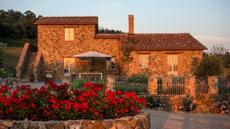 Casale Galli: Luxury Country Villa near San Casciano dei Bagni - sleeps 9, vacation rental in Trevinano