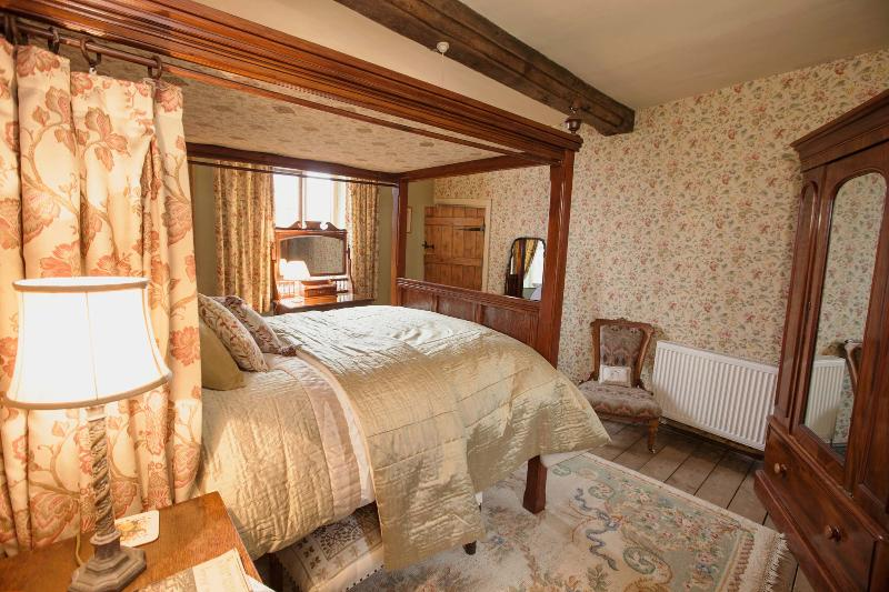 Brayne Court Bed & Breakfast - Jacobean Suite, holiday rental in Newnham
