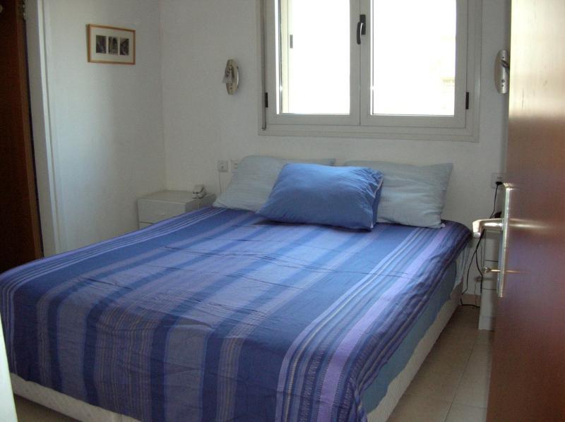 Dormitorio principal con armario empotrado y baño.