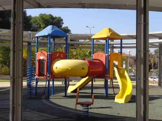 Parque infantil junto al complejo de apartamentos.