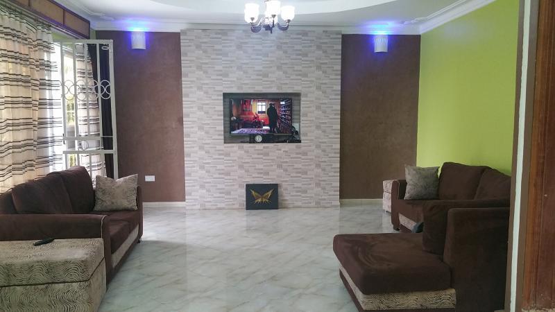 sala de estar con centro de entretenimiento incorporado e iluminación ambiental, 3D TV con canales vía satélite