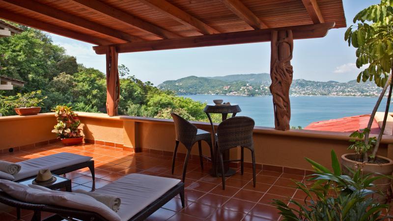 A Spacious yet Affordable Splurge Ocean Views Pool 3BR, holiday rental in Zihuatanejo