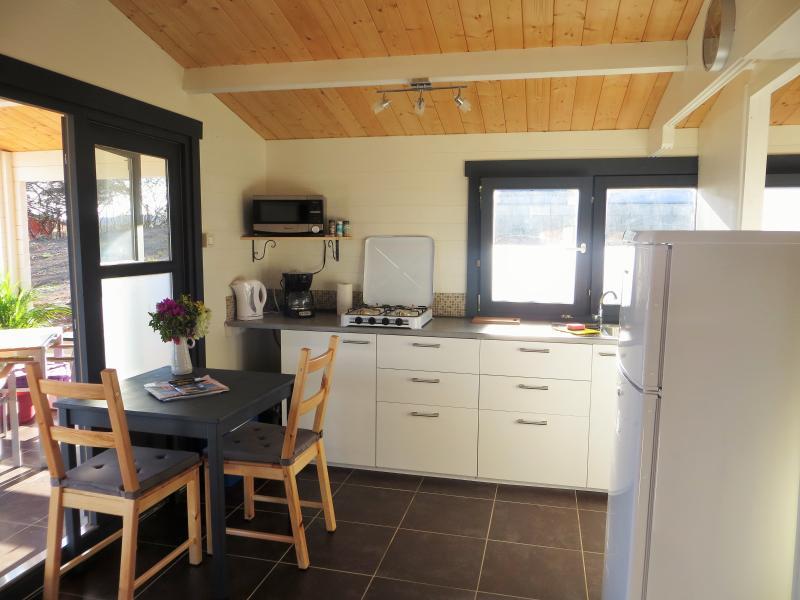 Keuken in een 1-slaapkamerbungalow met grote koelkast,magnetron, over, toaster, koffiezet, koelbox