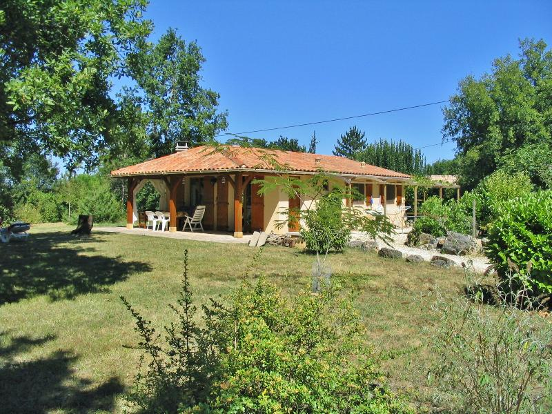 BORIE D'ORIE - LOVELY SINGLE STOREY HOUSE SET IN HUGE GROUNDS WITH PRIVATE POOL, holiday rental in Saint Pompon