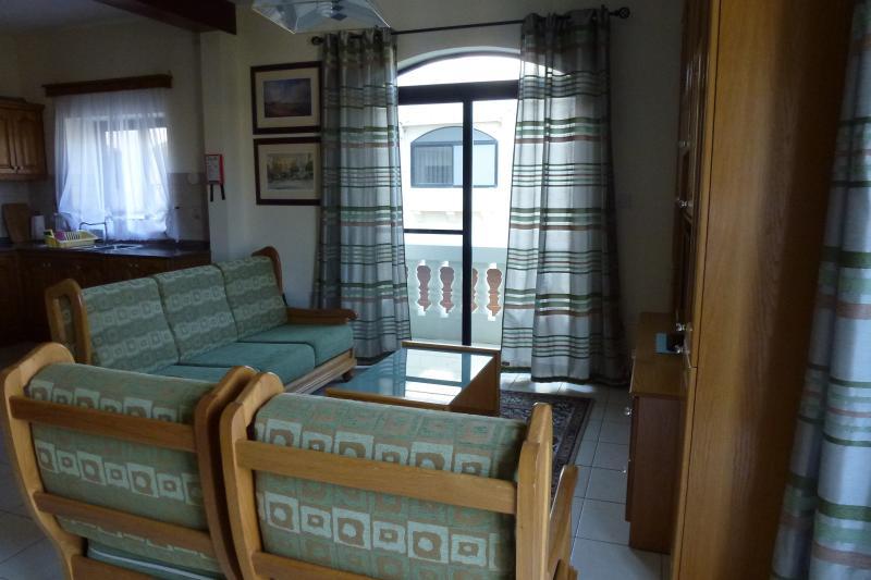L'open space, cucina, salotto e zona pranzo con due balconi.