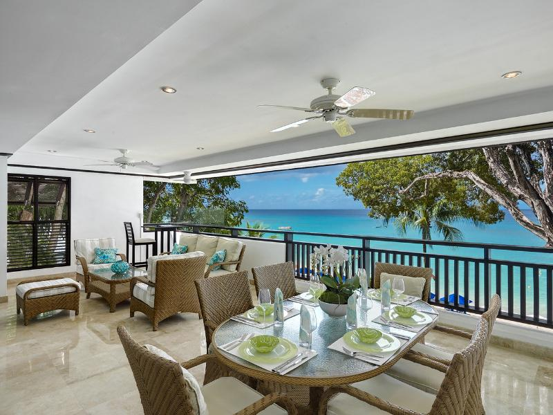 **EXCELLENT RATES - PLEASE ENQUIRE** Coral Cove 7 - Beach Front with 3 Bedrooms – semesterbostad i Barbados