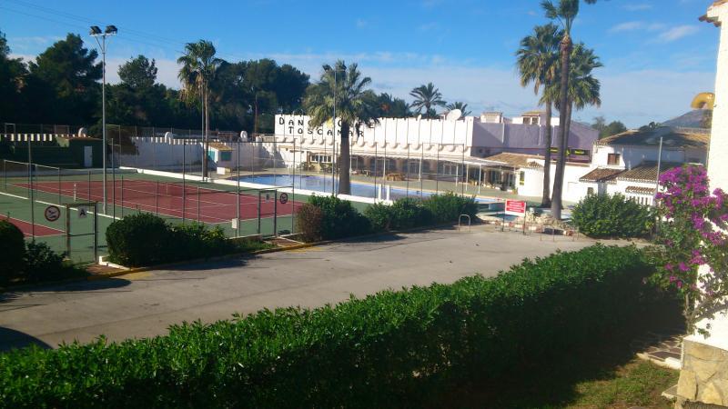 Vistas de la piscina, cafetería y pistas de tenis desde la casa